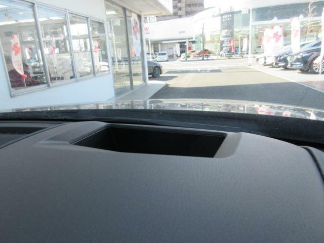 メーターフードの上部にはガラス投影式のアクティブドライビングディスプレイを装備しています。前方より視線をはずすことなく、情報を確認することができるアイテムです。