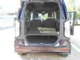 2列目シートを倒すと、上には大きな荷物、下段には小物類とスペースが有効に活用できます。