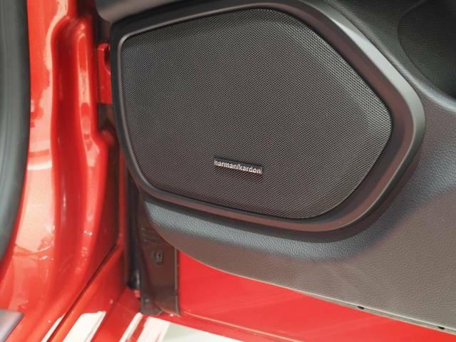 Harman/Kardonプレミアムサウンドシステムの13個のスピーカーが、上質な音質で車内をより一層盛り上げます。