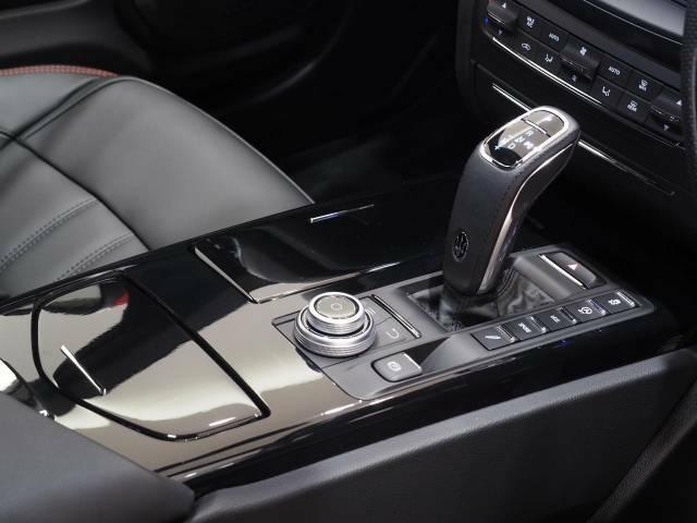 車内中央のセンターコンソール。2019年モデルより新型となったシフトレバー。操作性も向上しました。ピアノブラックインテリアトリムがよりスポーティーな印象を持たせてくれます。