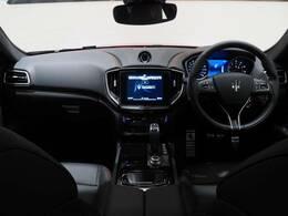 インテリアは12方向電動調整式フロントシート、ピアノブラックインテリアトリム、シートヒーターが装備され、スポーティーな走りの楽しみと快適性を両立。
