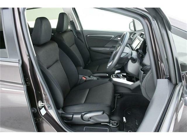 シートはファブリックシート♪運転席にはシートリフター機能付きでドライバーに合わせた調整が可能!