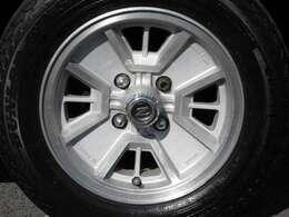 サスペンションもタイヤホイールも純正ノーマルの無改造車です。 《Z》エンブレムの純正アルミホイールが古風で昭和を感じます♪ (^-^)