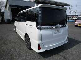 ヴォクシーの左リヤビュー UV&プライバシーガラスで、車内の紫外線&プライバシーをシャットアウト