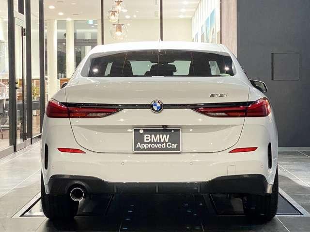 BMWを熟知したメカニックによる、100項目の納車前点検。ドイツ本国と同様の教育・訓練を受けたメカニックが、100項目にも上るポイントを徹底的に点検、整備した後にお客様にお引渡しいたします。