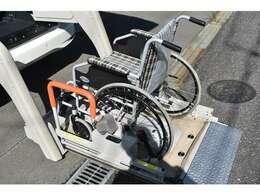 全自動リフター簡単なリモコン操作だけで車いすを乗せることができます。リフターの動きもなめらかで車いすの方も安心です。