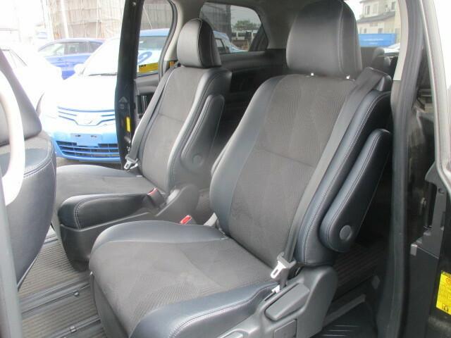 しっかりとしたシートと広いスペースが確保された後部座席です。大切なゲストをお迎え頂いてもゆったりとお過ごし頂ける空間がそこにはございます。