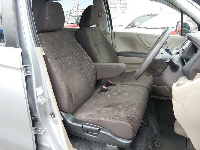【運転席・助手席側】アームレスト付ベンチシートでゆったり座れます♪シフトレバーがインパネ式なので足元部分もスッキリしていますよ♪運転席側にはシートリフター(座面の高さ調整)が付いています♪