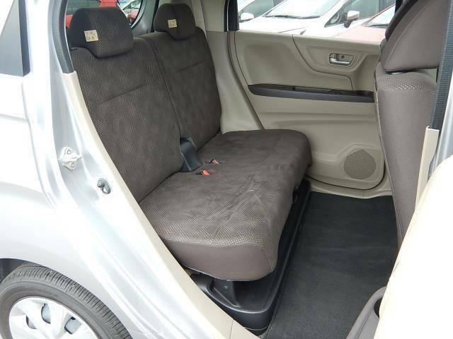 【後部座席側】一括前後スライドできてゆったり座れる後部座席です♪後部座席下には濡れた傘等を置けるシートアンダートレーが付いています♪樹脂製なので汚れた時のお手入れも楽々ですよ♪