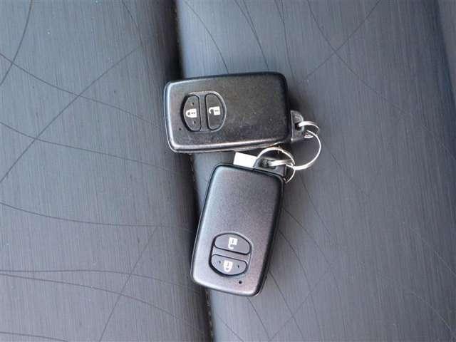 一度使ったら手放せなくなるスマートエントリーキーシステムです。 鞄やポケットの中に入れたままでもドアロック、解除、エンジン始動も楽チンです。 重い荷物を持ってても、一々鍵を出す手間も無くなります!