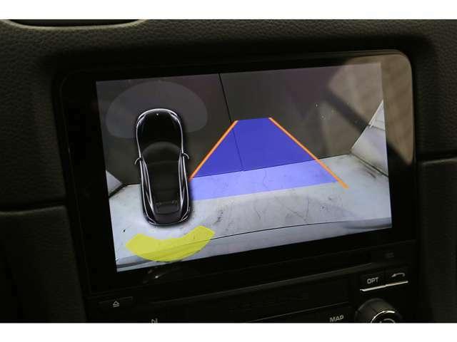 オプションでリアビューカメラ付パークアシスト(フロント及びリア)が備わっておりますので、前後をモニターで目視しながら安全に駐車が可能でございます。