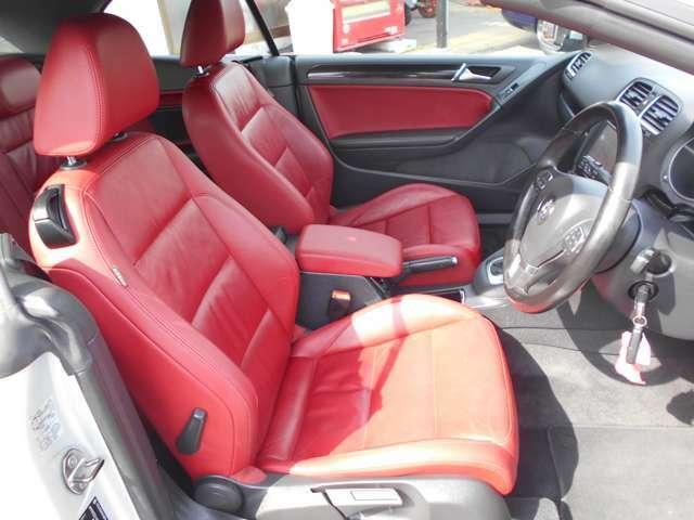 少し固めなこの座席シートは長距離のロングドライブでも疲労感がなく乗って頂けます。また、腰痛持ちの方にも好評です!また、このレザーシートとハンドルは表面温度の上昇を抑えるクールレザー素材を使用しています