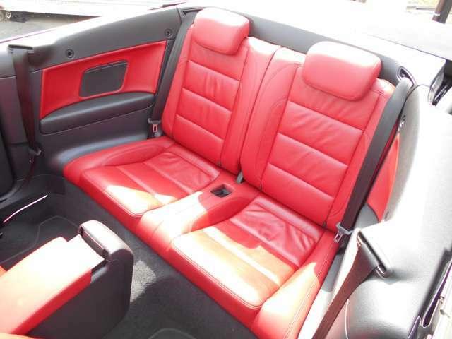 後部座席に至っては、乗車歴さえもないくらいキレイです!クーペの割には、しっかりゴルフしてますので、足元にも余裕があり、大人が4人ちゃんと乗車でき、ロングドライブもOKです!本当にキレイな内装です!(^^)!