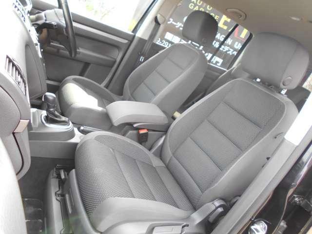 コンパクトミニバンとは思えないほどの、頑丈でしっかりした座席シートです。万が一の時でも乗車人を守ってくれます。少し固めなこのシートは腰痛持ちの方にも好評で、長距離のロングドライブでも疲れません!(^^)!