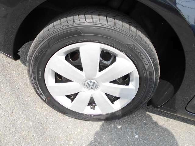ホイルやタイヤの状態も良く、タイヤの山は6分山くらいです。また、このトゥーランは、68000km時にディーラーのおススメで、ショックアブソーバー4本を新品に交換していますので新車の乗り味が継承されてます!