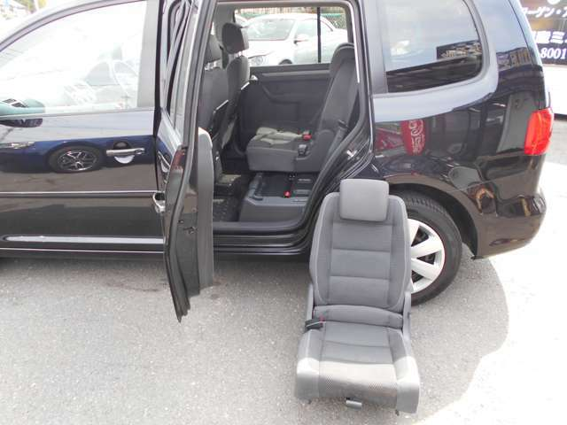 意外と知られていないのが、セカンドシートの脱着です!それぞれのセカンドシートの座席が、レバー1つで簡単に、独立して脱着できます。これは、他の車種にはない機能で非常に便利です。