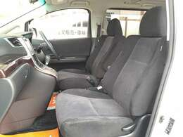 車内が広いので運転席および助手席はゆったりとした大きさのシートになってます。