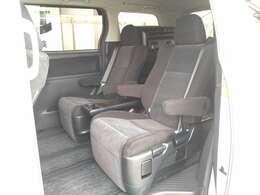人気のキャプテンシートは両側にアームレストが装着されます。