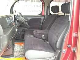 シートの背もたれを倒すと大きなアームレストに早変わり!蓋を開けると小物入れが付いてますよ。