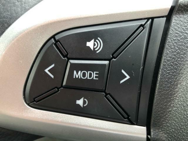 ハンドルの手元にボタンが有り、走行中でも簡単にオーディオ等の操作が可能です。
