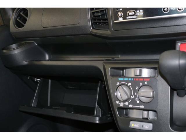 グローブボックス上にも財布や携帯を置けるスペースがあります!