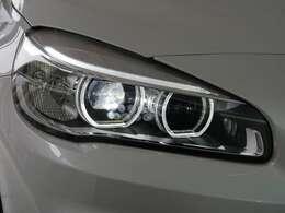 明るさと、優れた省消費電力を兼ね備えた、LEDヘッドライトを装備。BMWの夜の顔と言えるイカリングも、純白なLEDが採用されます。