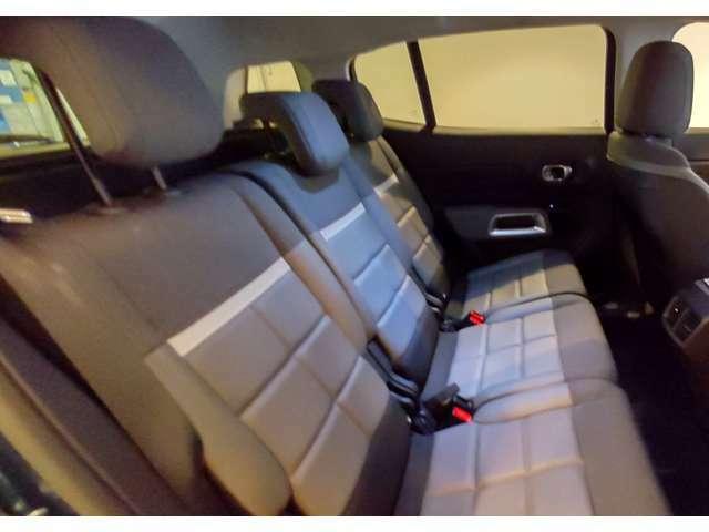 後席は3座独立でスライド&リクライニングでき、中央席もスペースを平等に確保されます!