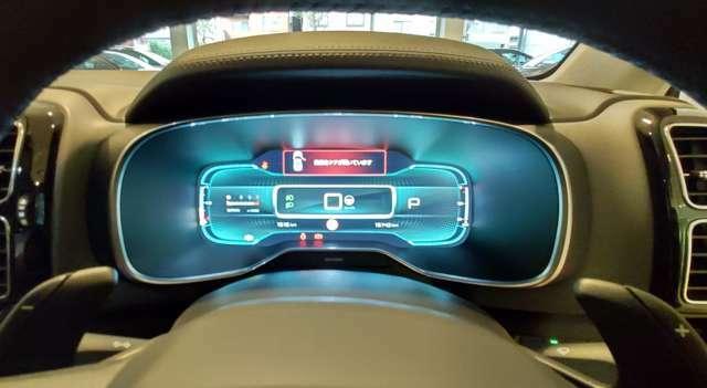 乗り込むと未来感のあるデジタルメーターがお出迎えします!