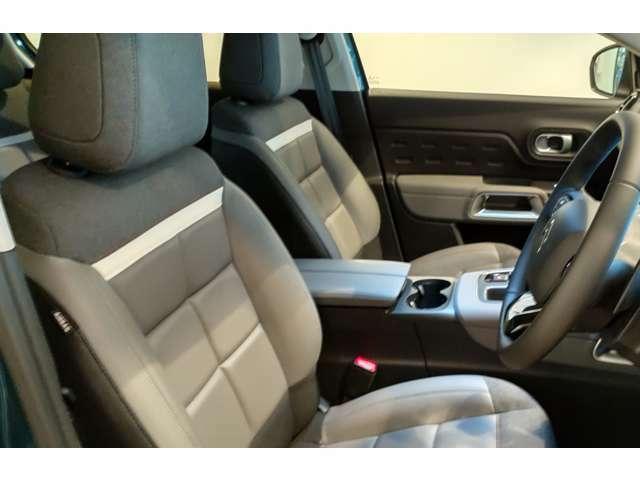 グレー系のハーフレザーシート。運転席は電動シートです!