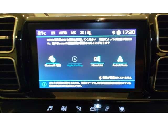 スマホとUSBケーブルをつなげば、スマホのアプリを8インチスクリーンに映して操作できます!
