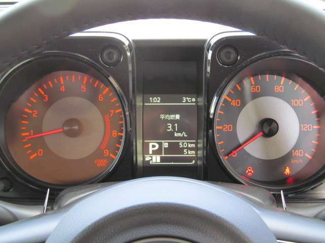 メーターのセンターにマルチインフォメーションディスプレイ(平均車速・走行時間・デュアルセンサーブレーキサポートなど各種警告表示)