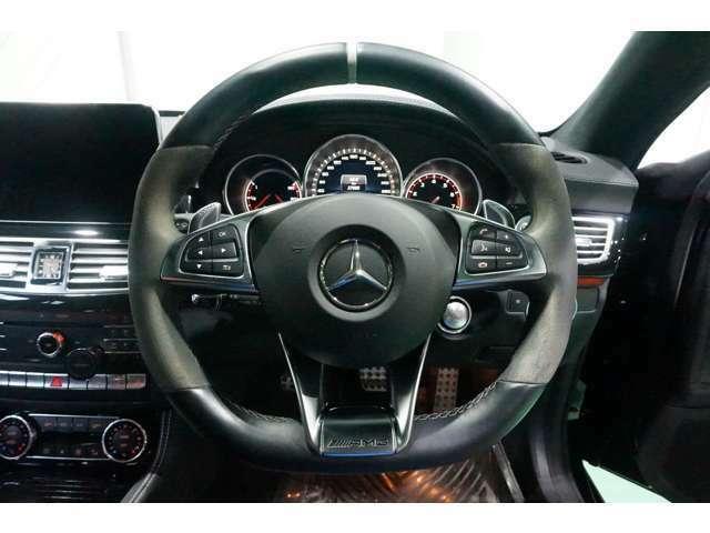ステアリングスイッチで走行中もオーディオ操作が手元でできます。AMGのステアリングで握りやすく安定走行ができます!(^^)!
