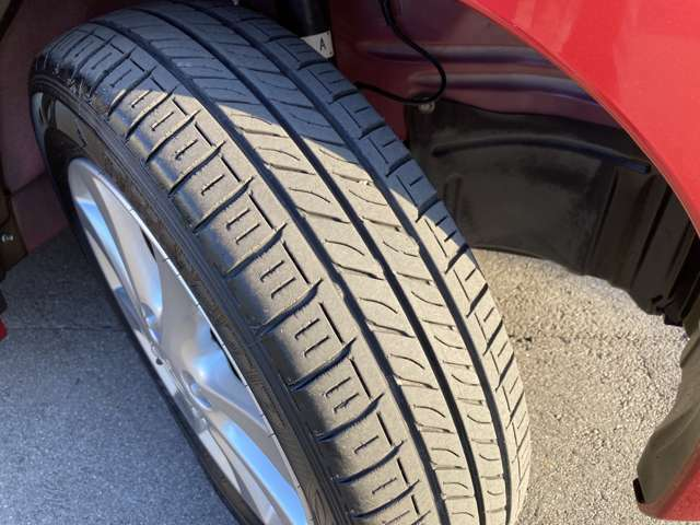 中古車購入で気を付けたいのがタイヤ。溝も十分、安心できます。