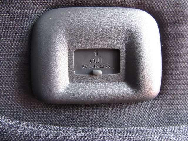 後席の方もスマホ等の充電が行えるUSBポートも装備!助手席の背面部分に装備されております♪