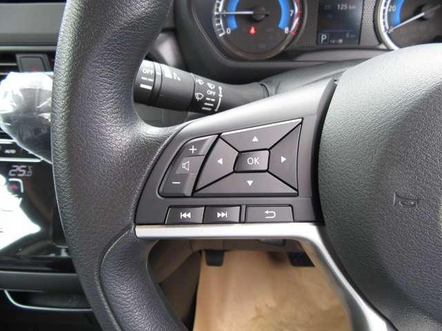 オーディオの操作が手元のスイッチで行えるステアリングスイッチも装備されております♪