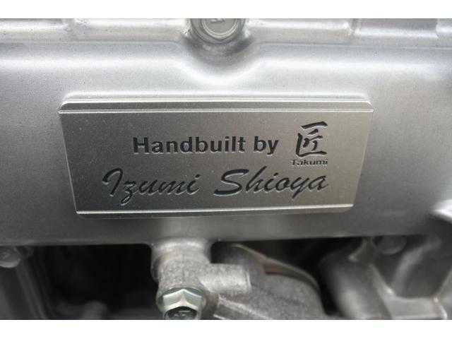 一基づつクリーンルームで手作業で組み上げられたエンジンには、職人の名前が刻印された匠プレートが証として装着されます。記した名前は一人ですが、その名前の背景には開発チーム全員の存在がございます。
