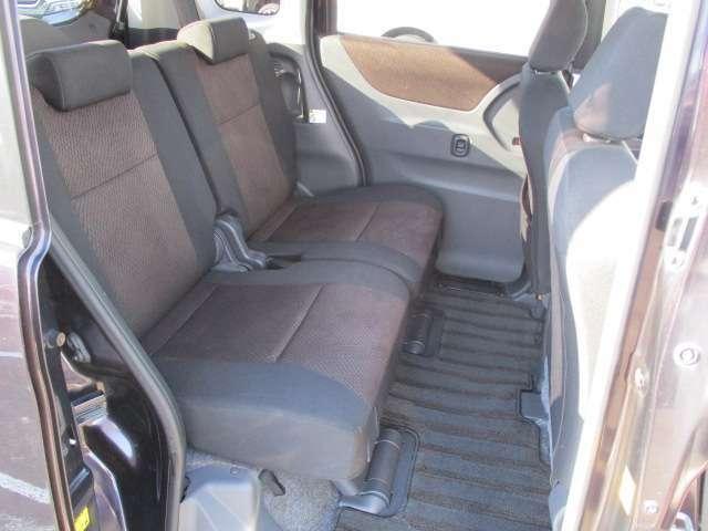 リア席は足元広くゆったり乗れます。