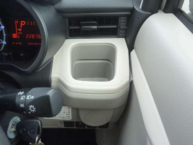運転席・助手席には専用のカップホルダーが付いています