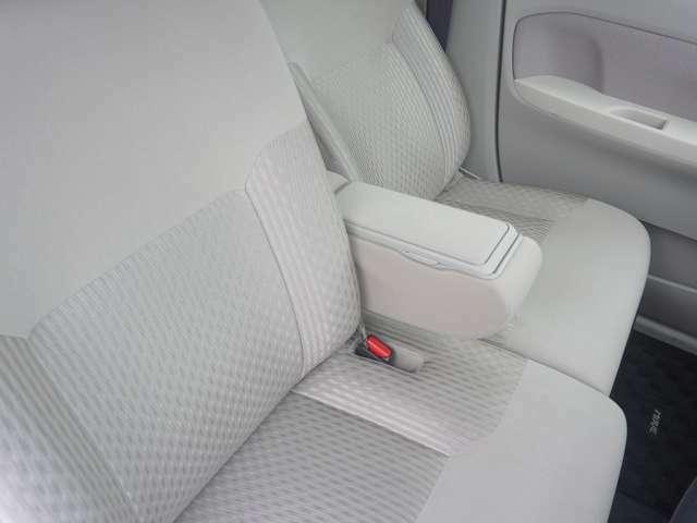 運転席左側には肘掛がついているので運転もらくになります