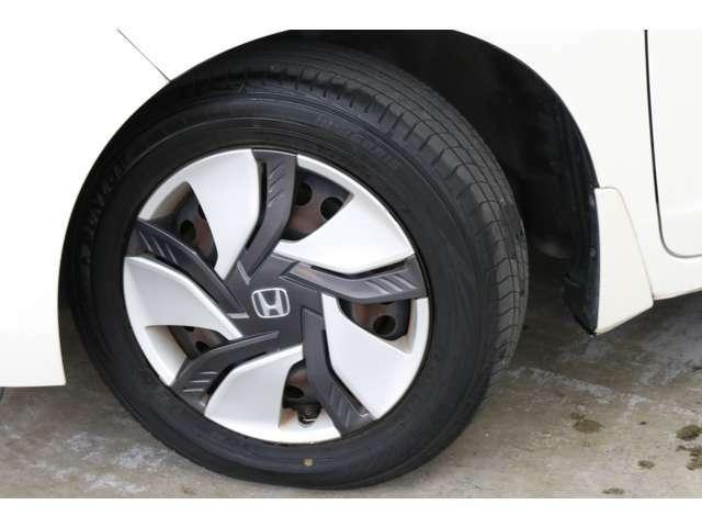 燃費と乗り心地に優れる15インチサイズのタイヤ&ホイール。 アルミホイールへの交換やタイヤ交換も安価で手頃に楽しめますね。