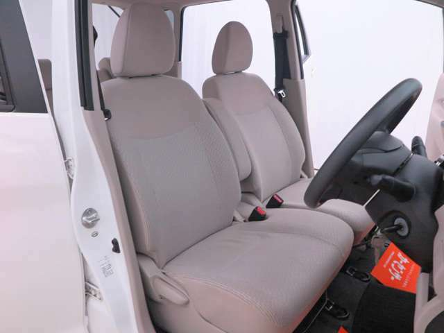 【ベンチシート】助手席から運転席、もしくは運転席から助手席への座り替えが楽にできるのが最大のメリット!広々使えるのも嬉しいですね!