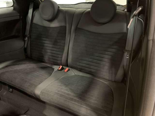 スポーティな雰囲気の中に高級感が感じられる車内!