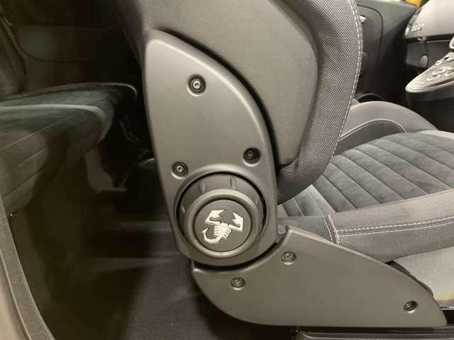 ヘッドレスト一体型のスポーツシート!