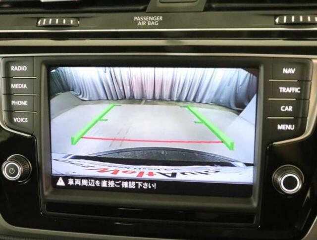 ★リアビューカメラが装備されております。ギアをリバースに入れると車両後方の映像を見ることができます。車両後方の映像とガイドラインを表示し、車庫入れなどの安全確認をサポートします。