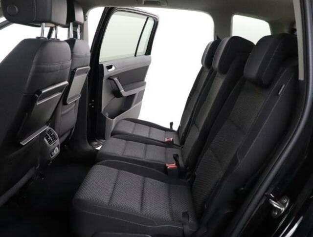 ★運転席、助手席のシートバックには、小物を置いておける折り畳み式のシートテーブルを装備しております。
