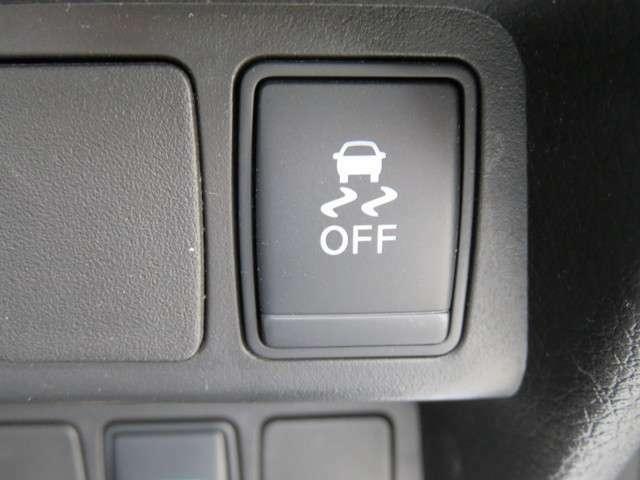 【VDC】滑りやすい路面などでのハンドル操作で車両が横滑りしそうになると、ブレーキおよびエンジン出力を制御し車両の安定性を向上させる。