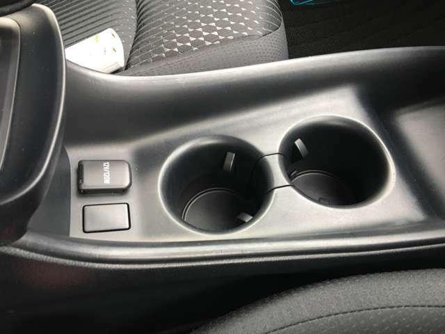 長時間のドライブを快適に過ごすために、必須の車内アイテムですよね♪