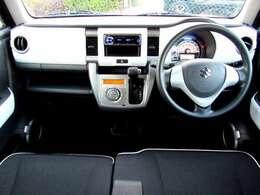 ベンチシートを採用で広い車内となります。