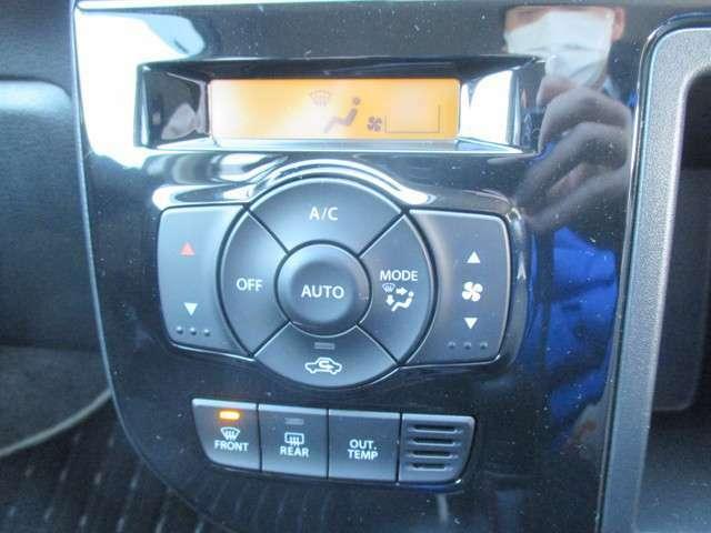 オートエアコンです!!簡単操作なので運転中助かります!ワンタッチであっという間に快適な温度にしてくれますよ♪