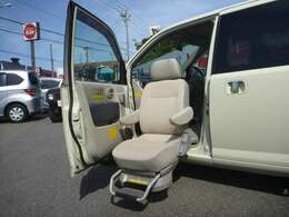 軽自動車+助手席リフトアップシート+リヤ電動スライドドア。コンパクトサイズに必要機能を盛り込んだくるまです!是非 ご覧になってください♪